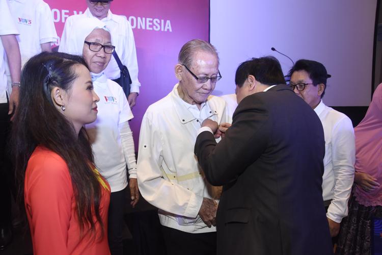 Tổng giám đốc Nguyễn Thế Kỷ trao tặng logo kỷ niệm cho thính giả Soebianto, 94 tuổi