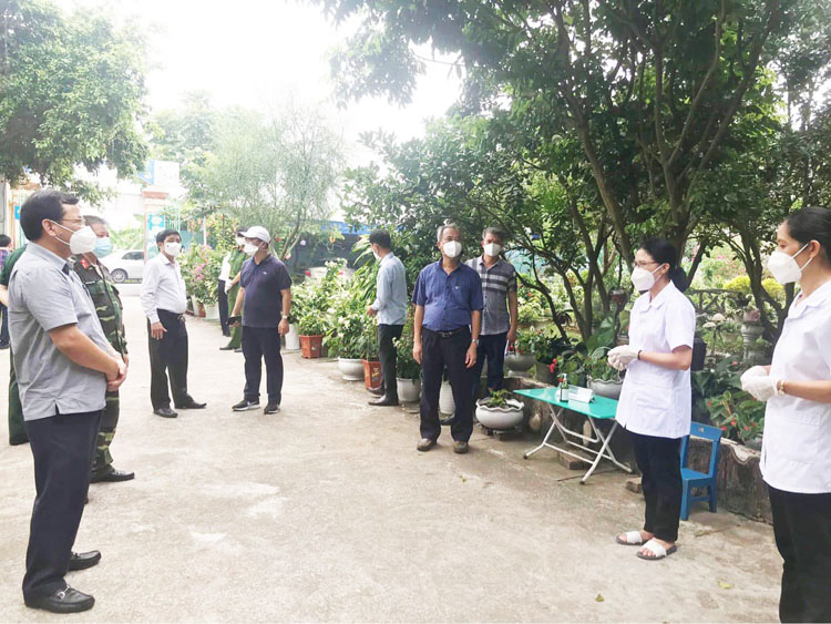 Tổ giám sát cách ly Bộ phận thường trực đặc biệt Bộ Y tế và lãnh đạo tỉnh Bắc Giang kiểm tra việc điều chỉnh cách ly với trẻ em dưới 15 tuổi.