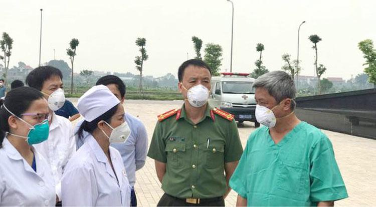 Thứ trưởng Nguyễn Trường Sơn chúc mừng và động viên đội ngũ y, bác sĩ điều trị tại Bệnh viện Dã chiến số 2.