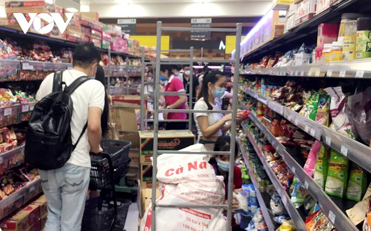 Chiều tối nay, đã có hiện tượng người dân Hà Nội đổ đến các siêu thị, trung tâm thương mại để mua tích trữ hàng hóa.