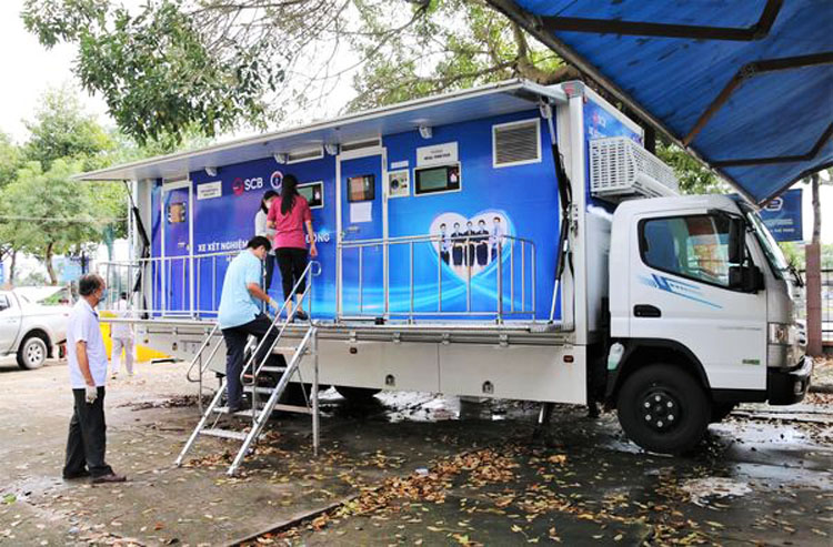 Sở Y tế Tiền Giang tiếp nhận 2 xe xét nghiệm lưu động phục vụ công tác phòng chống dịch trên địa bàn.
