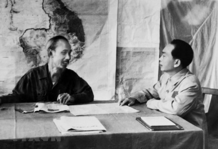Bác Hồ và Đại tướng Võ Nguyên Giáp bàn phương án tác chiến cho Chiến dịch Biên giới 1950. (Ảnh: TTXVN)