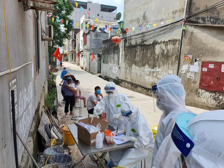 Công tác lấy mẫu xét nghiệm được thực hiện ở từng ngõ xóm để tránh nguy cơ lây nhiễm chéo.