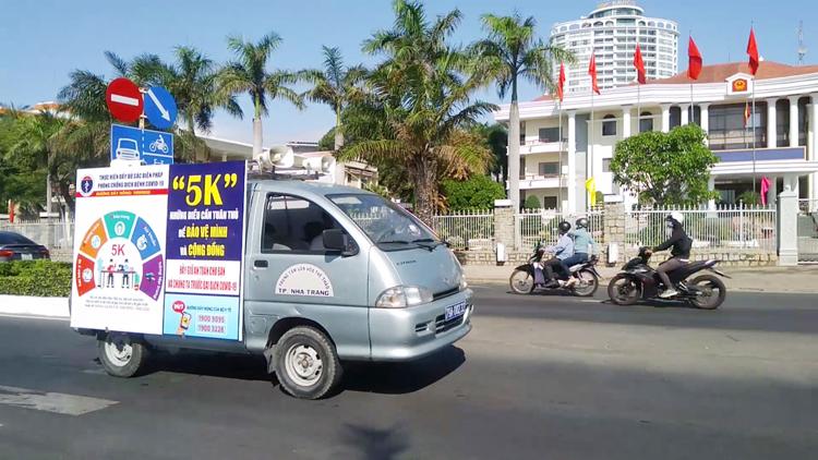 Xe truyền thanh lưu động của TP Nha Trang tuyên truyền tiêm vắc xin tại những vùng không có cụm loa công cộng.