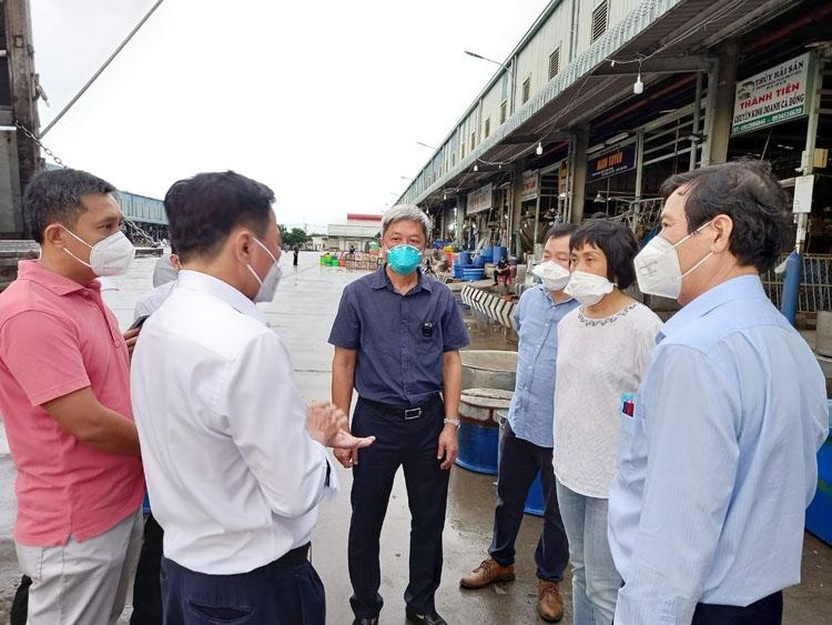 Thứ trưởng Nguyễn Trường Sơn yêu cầu quản lý chợ phải đảm bảo tốt nhất về phòng, chống dịch. (Ảnh: Hà Văn Đạo)