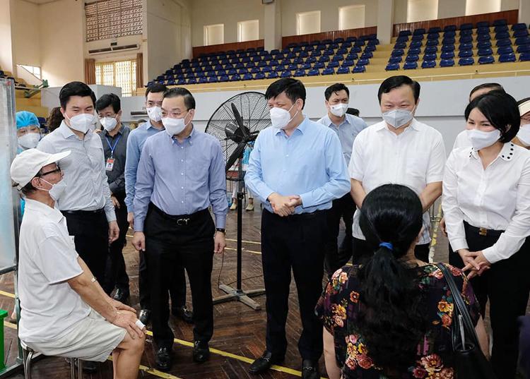 Bộ trưởng Nguyễn Thanh Long kiểm tra điểm tiêm ở nhà thi đấu Trịnh Hoài Đức.