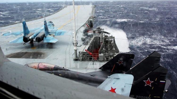 Su-33 (trái) và MiG 29K (phải) trên tàu Đô đốc Kuznetsov ở biển Địa Trung Hải, ngày 8/1/2017. (Ảnh: TASS/Getty Images)