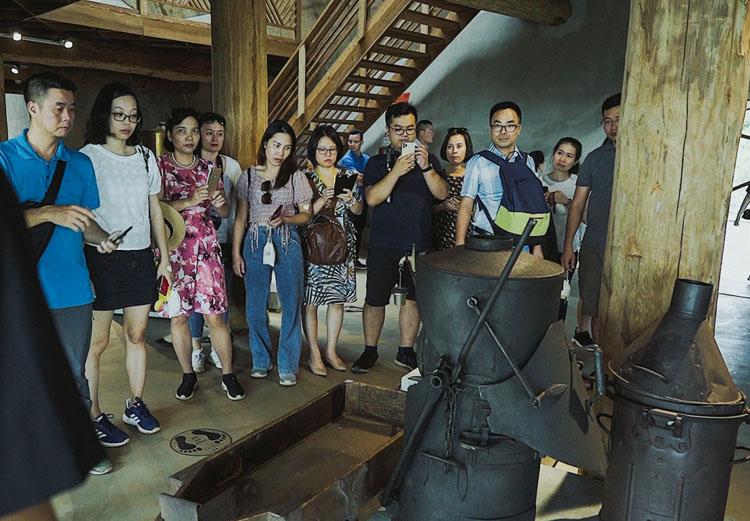 Du khách tham gia tour du lịch cà phê tại Đắk Lắk. (Nguồn: Phạm Hoài Nguyên Anh)