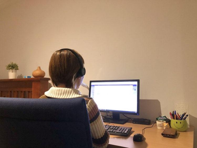 Bác sĩ Đặng Thu Hà tham gia sàng lọc bệnh nhân F0. Một ca làm việc của chị thường từ gọi từ 50-70 bệnh nhân.
