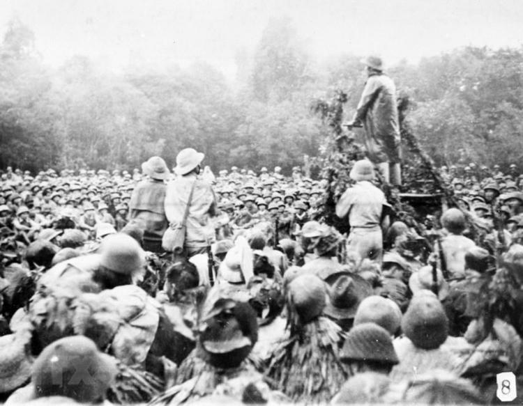 Bác Hồ thăm và nói chuyện với cán bộ, chiến sĩ tham gia Chiến dịch Biên giới 1950. (Ảnh: TTXVN)