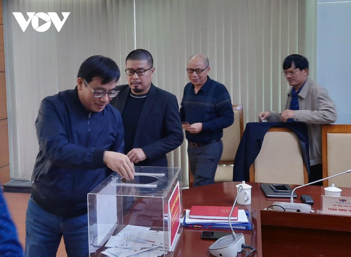 Lãnh đạo các đơn vị trực thuộc Đài Tiếng nói Việt Nam ủng hộ người dân bị bão lũ.