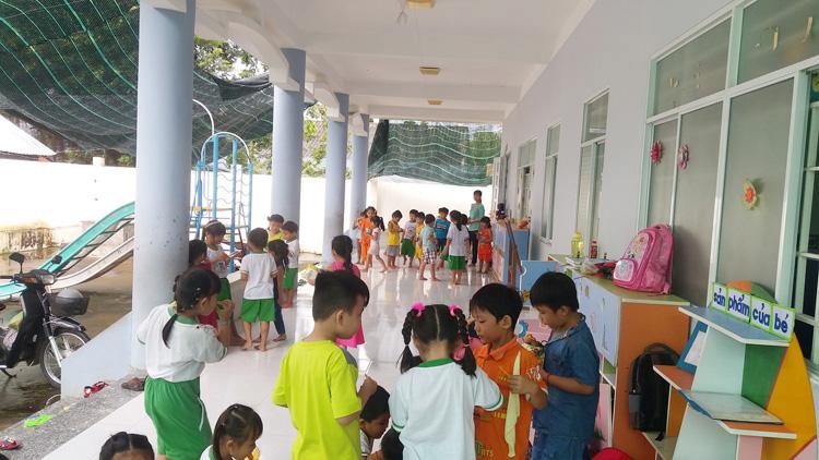 Trẻ em thỏa thích vui đùa trong ngôi trường mới khang trang.