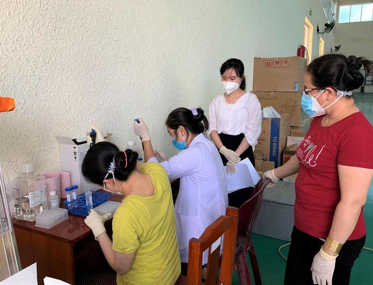 Nhân viên y tế chuẩn bị sinh phẩm cho công tác xét nghiệm.