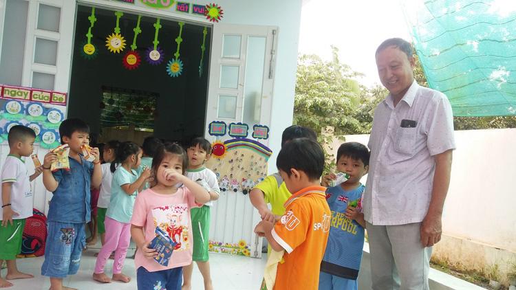 Nông dân Dương Văn Đây thăm các trẻ.