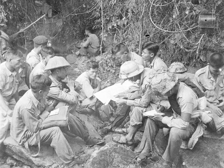 Phút nghỉ ngơi của bộ đội ta giữa hai trận đánh trong Chiến dịch Biên giới 1950. (Ảnh: TTXVN)