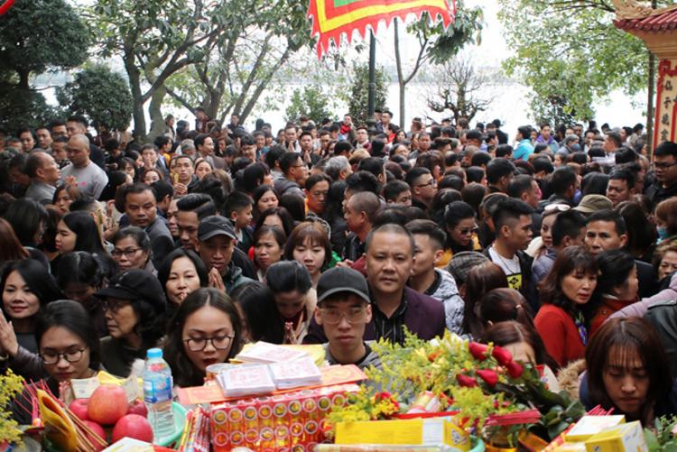 Hình ảnh chen chân đi lễ ở phủ Tây Hồ ngày 28/1/2020, khi những ca bệnh đầu tiên đã được phát hiện ở Việt Nam.