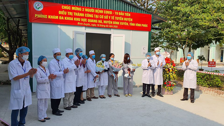 2 ca mắc Covid-19 đầu tiên được chữa khỏi tại Phòng khám đa khoa khu vực Quang Hà, huyện Bình Xuyên (Vĩnh Phúc).