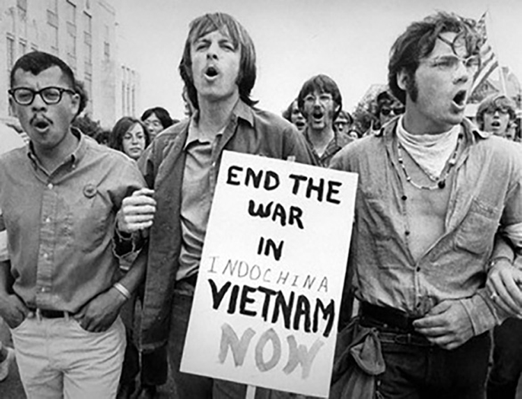 Thông điệp phản đối chiến tranh Việt Nam từ những khán giả Mỹ đến dự festival âm nhạc Woodstock năm 1969 (Nguồn ảnh: KT)
