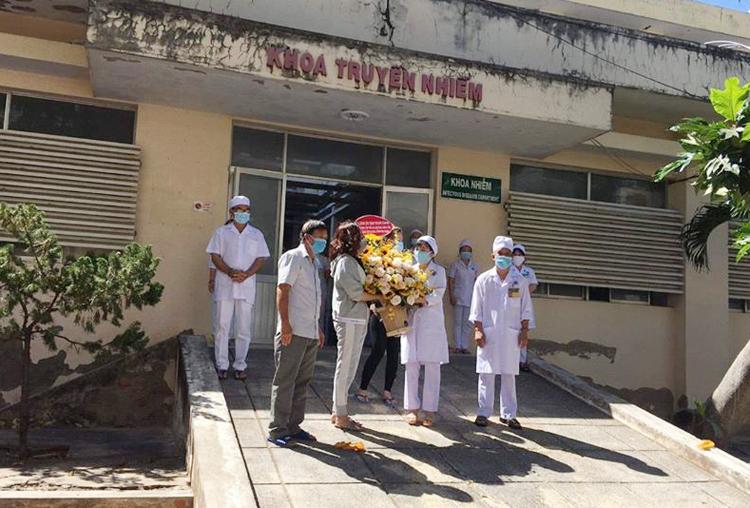 Các bệnh nhân được công bố khỏi bệnh tặng hoa cảm ơn tập thể các bác sĩ Khoa Truyền nhiễm, tại Bệnh viện Đa khoa tỉnh Bình Thuận.