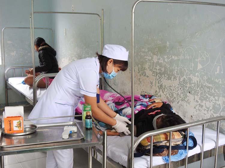 Điều trị, theo dõi trường hợp nghi bị bệnh bạch hầu ở Trung tâm Y tế huyện Sa Thầy.