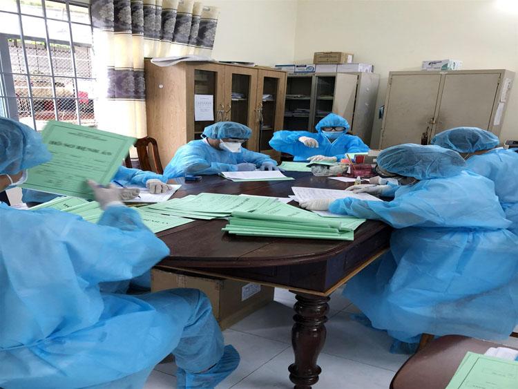 Các bác sĩ Bệnh viện Lao và bệnh Phổi hội chẩn về những chuyển biến của 3 trường hợp nhiễm Covid-9 đang điều trị tại bệnh viện.