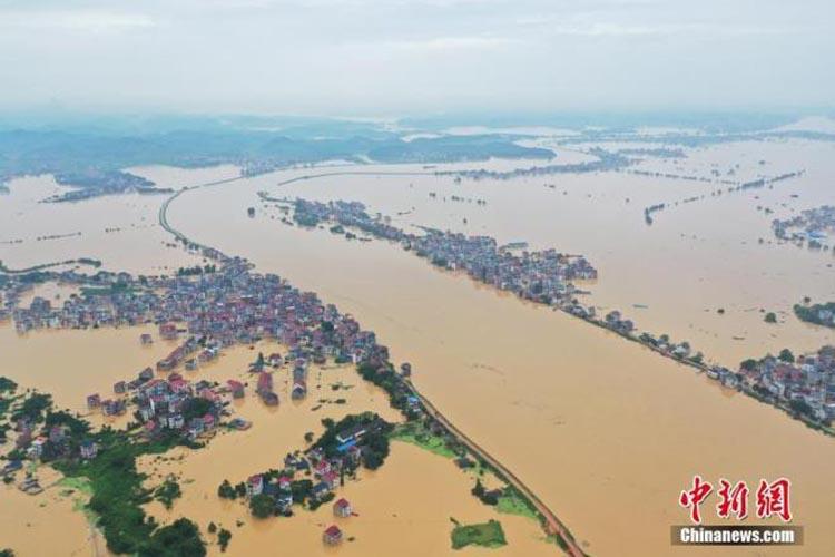 Mưa liên tiếp, gây ngập lụt và nhấn chìm nhiều địa phương ở Trung Quốc. (Ảnh: KT)