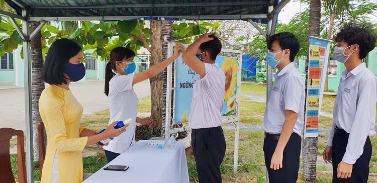 Học sinh xếp hàng đo thân nhiệt.
