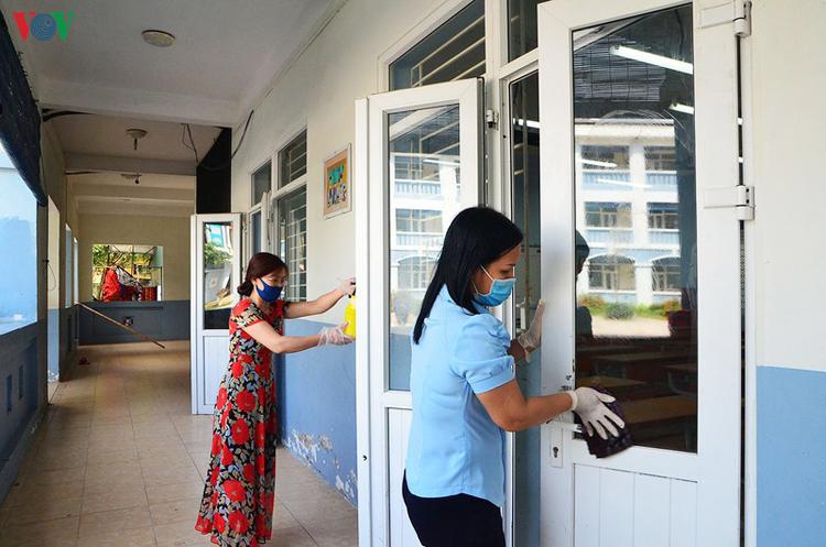Vệ sinh trường, lớp trước khi đón học sinh.