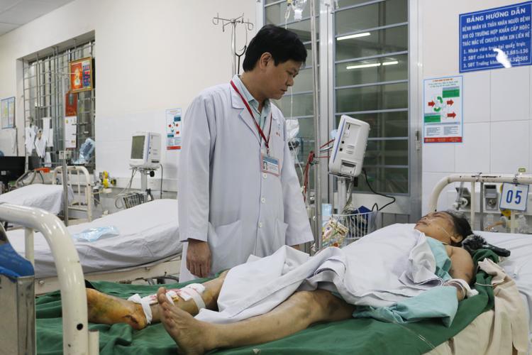 Bác sĩ CKII Nguyễn Tường Quang thăm hỏi sức khỏe nạn nhân sau phẫu thuật.