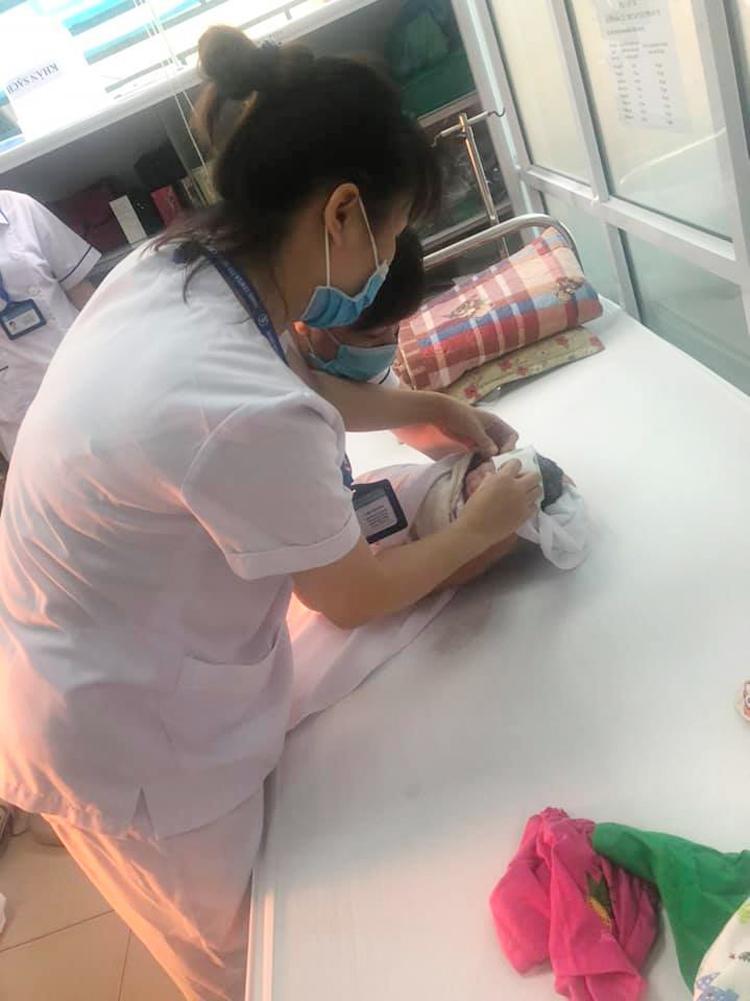 Các nhân viên y tế đã đưa cháu bé vào phòng tiêm chủng của CDC Hà Nội, chăm sóc, ủ ấm, cắt rốn, đỡ bánh rau.