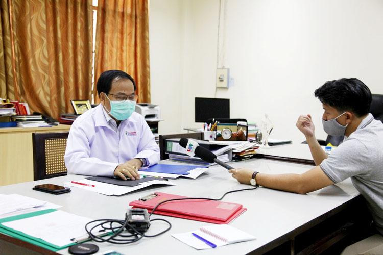 Cuộc phỏng vấn của VOV với Giám đốc Bệnh viện Hữu Nghị - cả hai đều phải đeo khẩu trang.