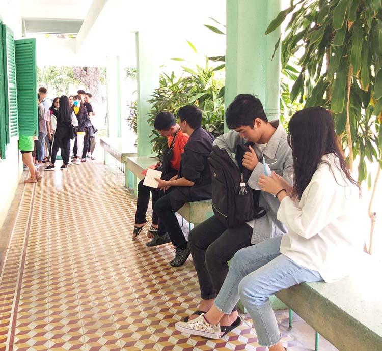 Cựu học sinh xếp hàng chờ nhận bằng tốt nghiệp tại trường THPT Nguyễn Văn Trỗi, Nha Trang.
