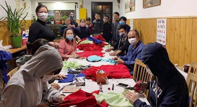 Các xưởng may của cộng đồng người Việt Nam tại Séc may khẩu trang cho người dân và chính quyền sở tại.