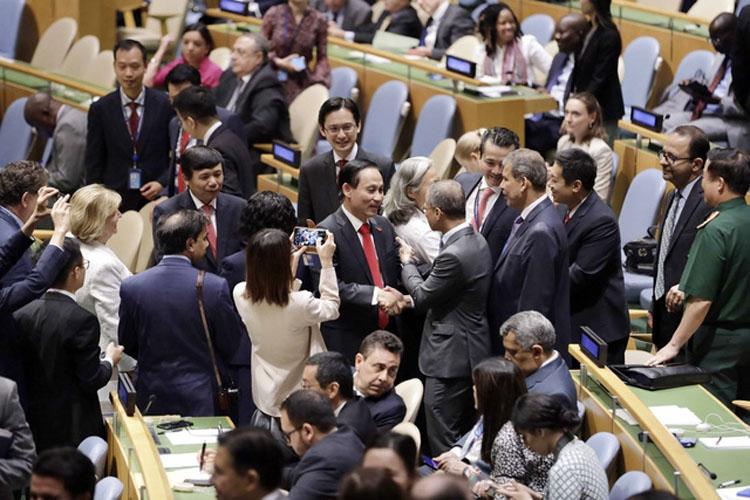 Trưởng đoàn Việt Nam, Thứ trưởng Bộ Ngoại giao Lê Hoài Trung (giữa trái) nhận lời chúc mừng của đại diện ngoại giao các nước sau khi kết quả bỏ phiếu cho thấy Việt Nam được bầu chọn là ủy viên không thường trực HĐBA LHQ nhiệm kỳ 2020 - 2021, tại New York, Mỹ ngày 7/6/2019 (Ảnh: TTXVN)