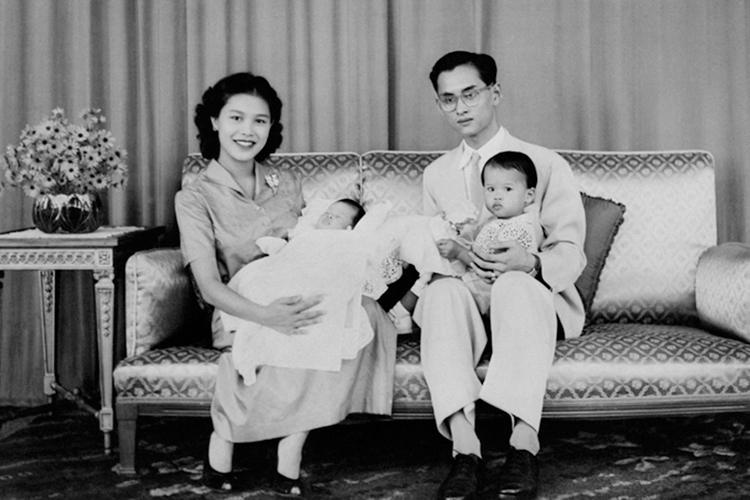 Nhà vua Maha Vajiralongkorn trong lòng cha, cố quốc vương Bhumibol Adulyadej, bên mẹ bế em gái, Công chúa Sirindhorn, vào năm 1955 (Ảnh: T.L)