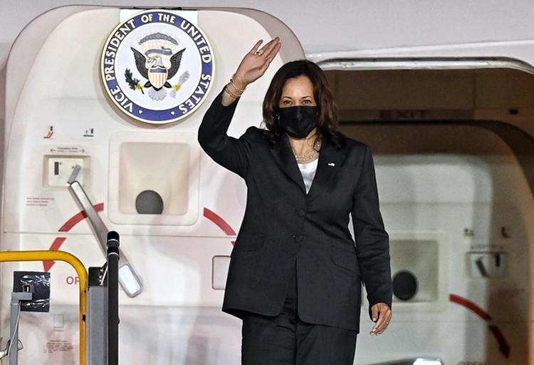 Phó tổng thống Mỹ Kamala Harris bước ra khỏi chuyên cơ Không lực Hai tại sân bay Nội Bài tối nay. (Ảnh: Giang Huy)