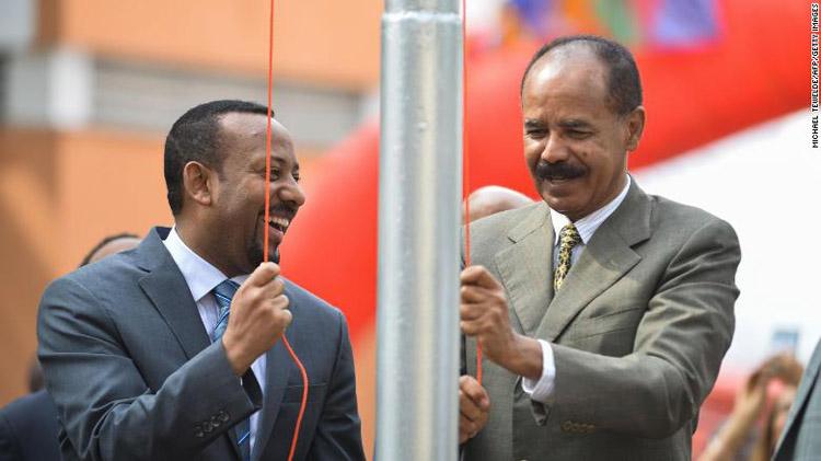 Thủ tướng Abiy Ahmed Ali (trái) cùng nhà lãnh đạo Eritrea Isaias Afwerki trong lễ mở lại Đại sứ quán Eritrea tại thủ đô Addis Ababa. (Ảnh: CNN)