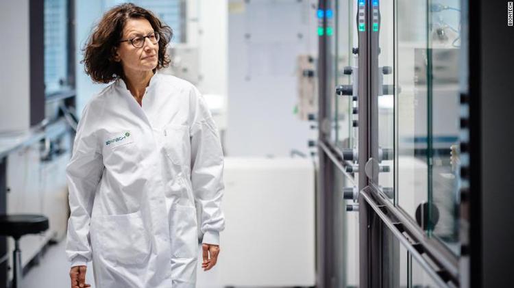 Bà Ozlem Tureci trong phòng thí nghiệm của BioNTech. (Ảnh: BioNTech)