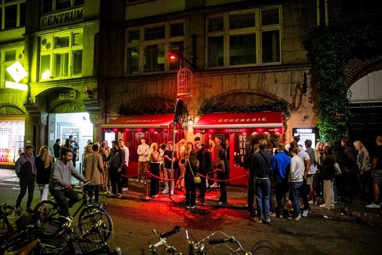 Người dân xếp hàng chờ trước hộp đêm La Boucherie ở Copenhagen ngày 3-9. (Ảnh: AP)