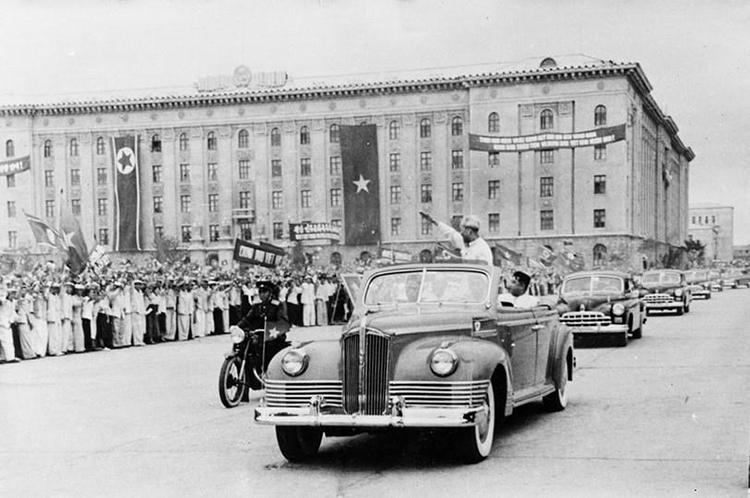 Nhân dân thủ đô Bình Nhưỡng nồng nhiệt chào đón Chủ tịch Hồ Chí Minh sang thăm Triều Tiên năm 1957. Ảnh: TTXVN