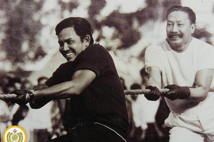 Quốc vương Hassanal Bolkiah khi còn là Thái tử vui chơi cùng cha- Quốc vương Omar Ali Saifuddien III hồi tháng 2/1973 (Ảnh: HMJUBLIEEMAS)