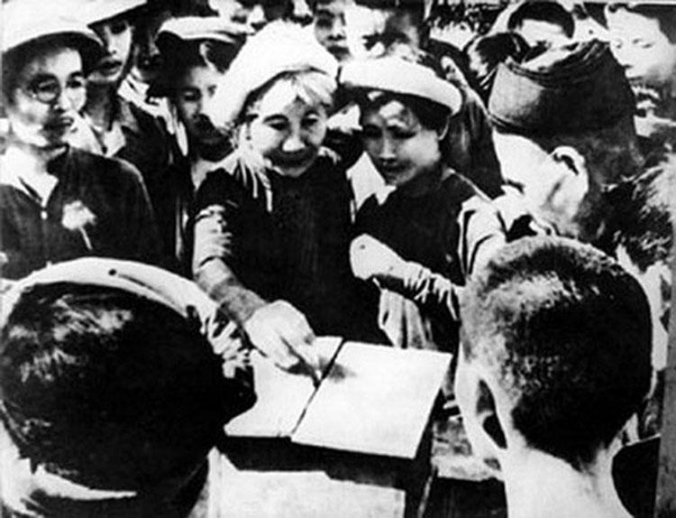 Cử tri bỏ phiếu bầu đại biểu Quốc hội khóa I ngày 06/01/1946. (Ảnh: TL)