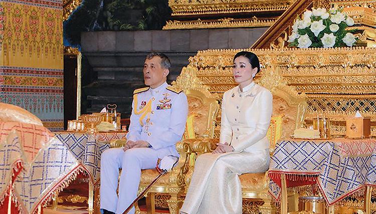Nhà vua Maha Vajiralongkorn và Hoàng hậu Suthida trong lễ đăng quang (Ảnh: HANDOUT, AFP/Getty Images)