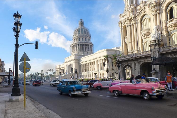 Đường phố La Habana như một bức tranh với những chiếc xe cổ rực rỡ sắc màu.
