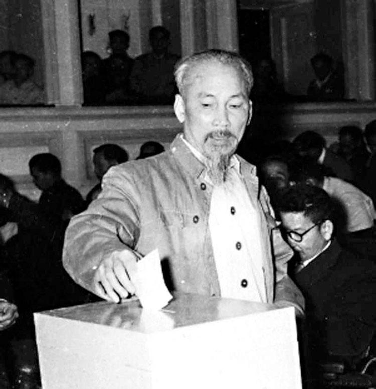Bác Hồ bỏ phiếu bầu cử tại Hà Nội năm 1960. (Ảnh: TL)