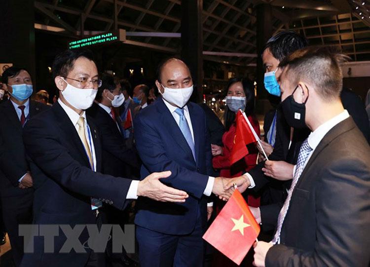 Cán bộ Đại sứ quán tại Hoa Kỳ và Phái đoàn thường trực Việt Nam tại Liên hợp quốc đón Chủ tịch nước Nguyễn Xuân Phúc. (Ảnh: Thống Nhất/TTXVN)