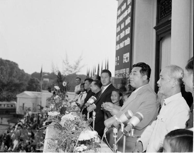 Ngày 29/11/1958, Chủ tịch Hồ Chí Minh và Thủ tướng Triều Tiên Kim Nhật Thành tham dự Lễ mittinh trọng thể của nhân dân Thủ đô Hà Nội chào mừng chuyến thăm hữu nghị Việt Nam của Thủ tướng Kim Nhật Thành (Ảnh: TTXVN)