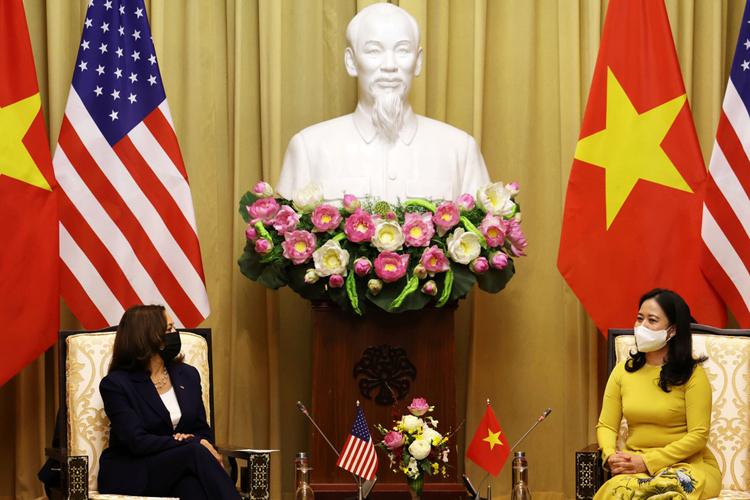 Phó chủ tịch nước Võ Thị Ánh Xuân trao đổi cùng Phó tổng thống Mỹ Kamala Harris vào sáng 25/8 tại Phủ chủ tịch. (Ảnh: Reuters)