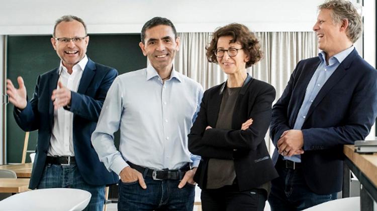 Vợ chồng Tiến sĩ Ugur Sahin - Ozlem Tureci và các đồng nghiệp trong niềm vui phát minh ra  vaccine phòng Covid-19 hiệu quả đầu tiên trên thế giới. (Ảnh: The Times)