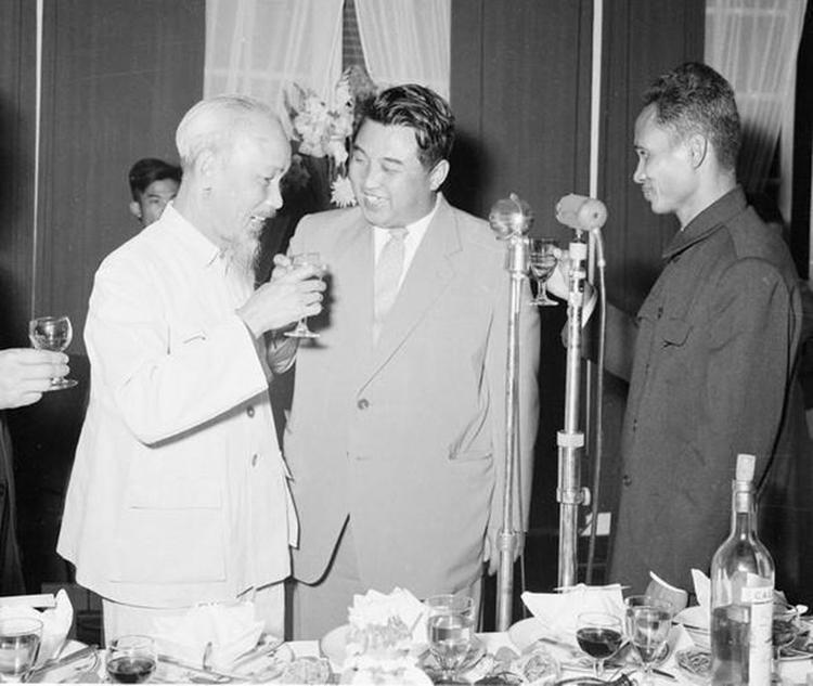 Ngày 29/11/1958, tại Hà Nội, Thủ tướng Phạm Văn Đồng mở tiệc chiêu đãi Thủ tướng Triều Tiên Kim Nhật Thành thăm hữu nghị Việt Nam. Chủ tịch Hồ Chí Minh tới dự. (Ảnh: TTXVN)